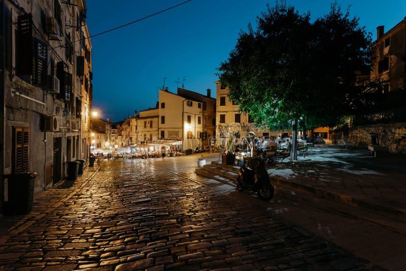 Rovinj, Croatie - juillet 2016 - rue de nuit avec des restaurants et photographie stock libre de droits