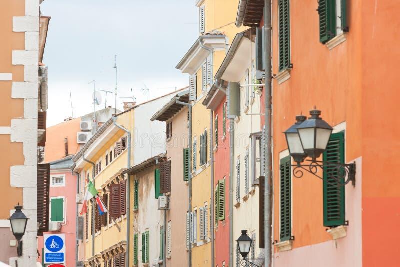 Rovinj, Istria, Kroatien - bunte Fassaden in den Straßen von Rovinj lizenzfreie stockbilder