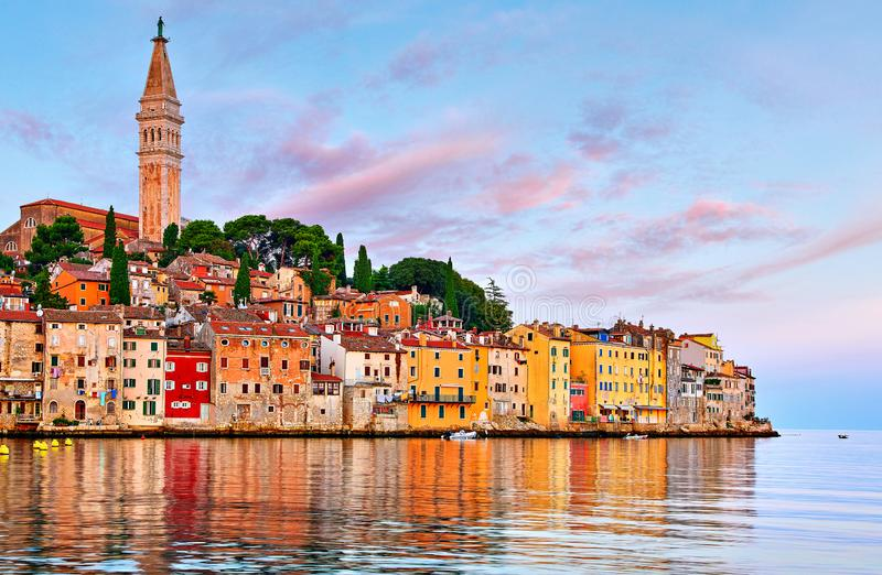 Rovinj Kroatië Zonsopganghemel boven uitstekende stad royalty-vrije stock foto's