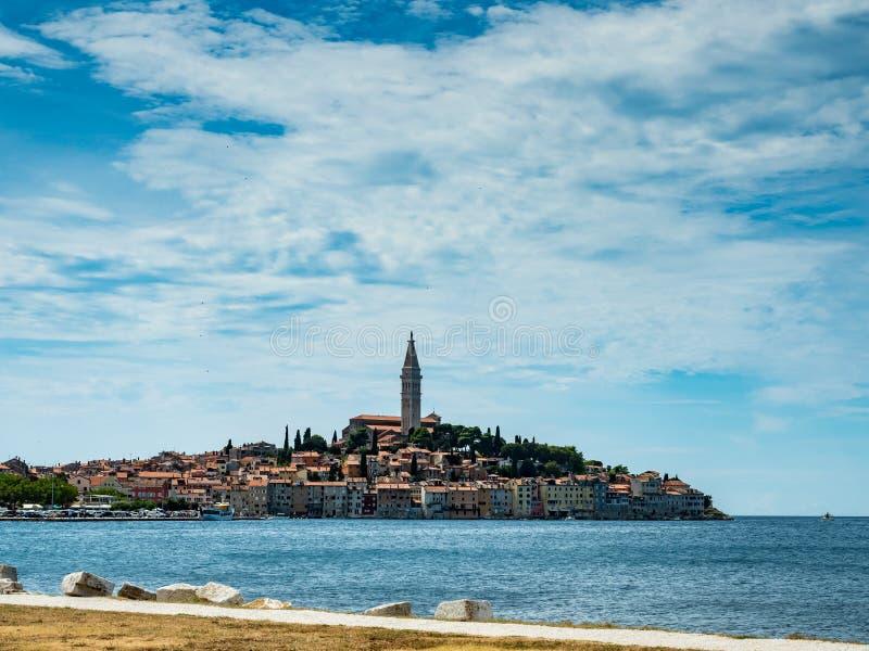 Rovinjstad van Kroatië in istria een de zomerdag met wolken stock foto