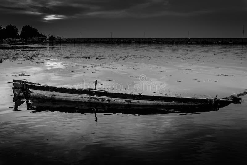 rowboat βυθίζοντας στοκ φωτογραφία
