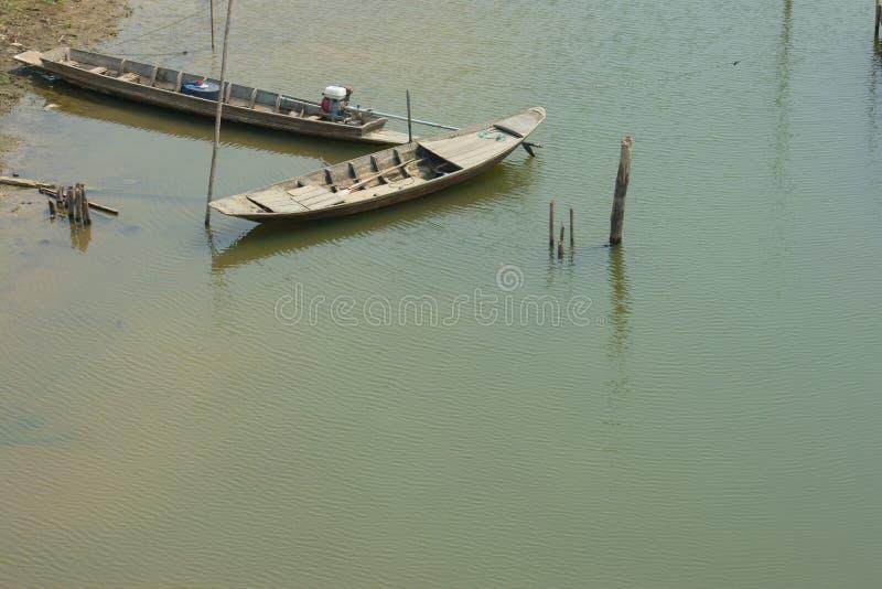 Rowboat και βάρκα ουρών στοκ εικόνες με δικαίωμα ελεύθερης χρήσης