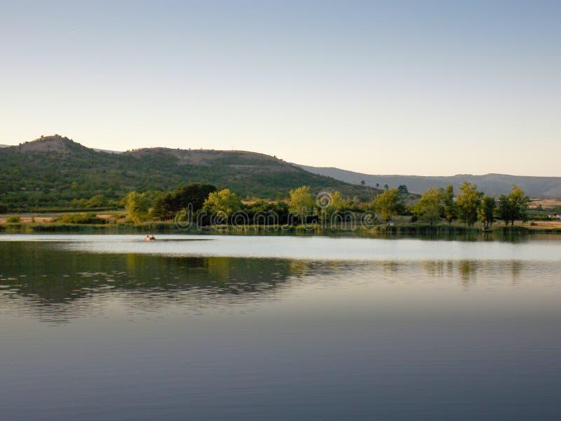 Rowboat στη λίμνη Oblacina στοκ φωτογραφία με δικαίωμα ελεύθερης χρήσης
