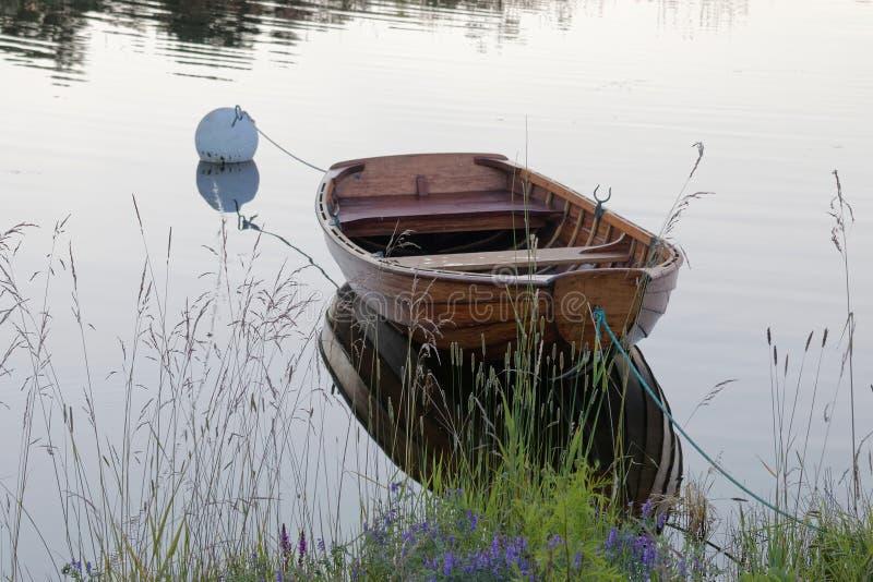 Rowboat в спокойной воде в гавани стоковая фотография rf
