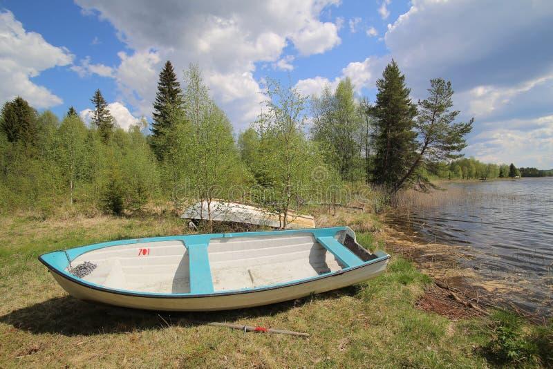 Rowboat на крае шведского озера стоковое изображение