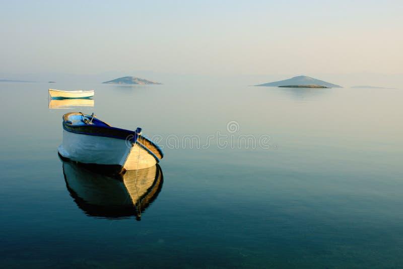 Rowboat abbandonato fotografie stock