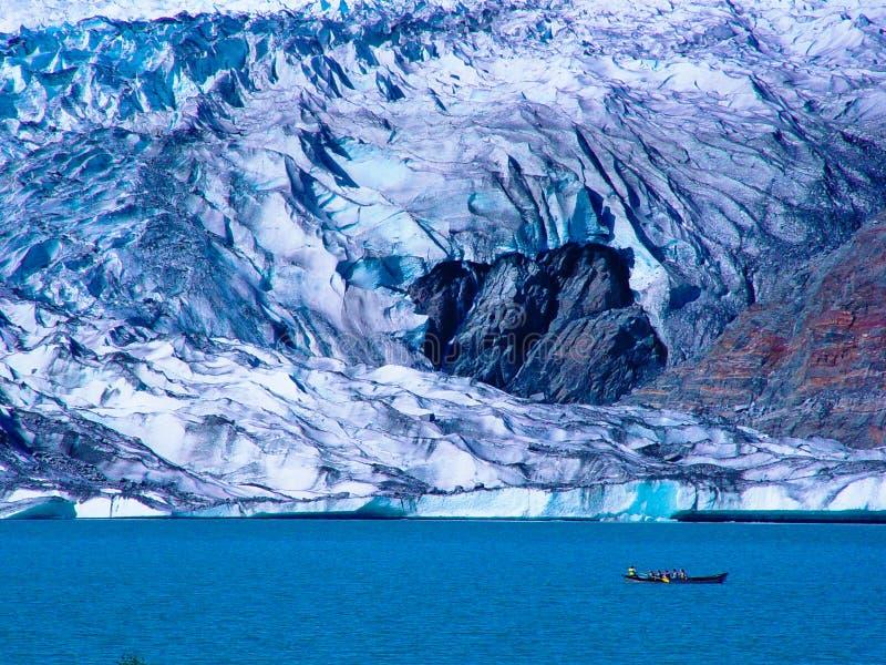 Rowboat al ghiacciaio di Hubbard immagini stock libere da diritti