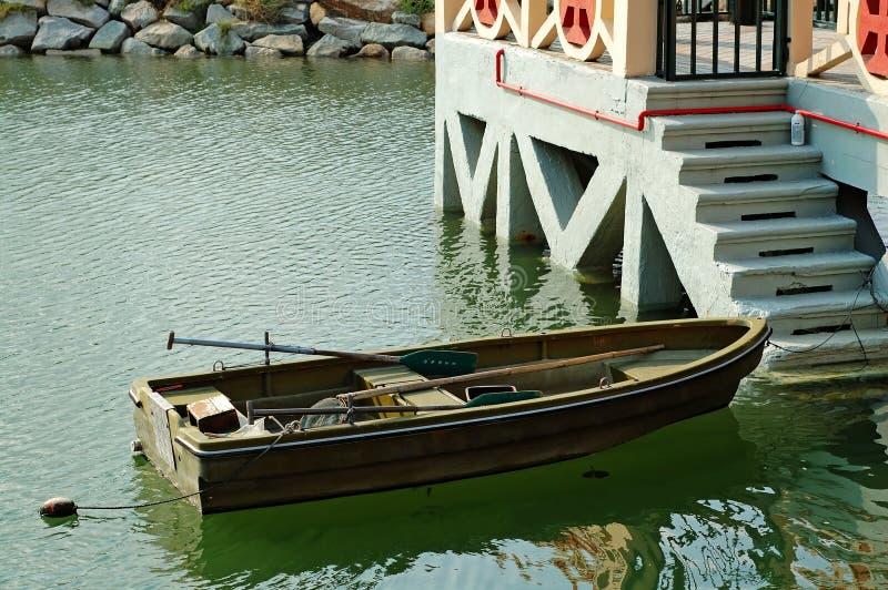 Rowboat al lato delle scale del porticciolo fotografie stock