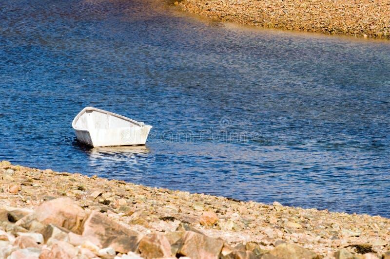 Rowboat in baia o in ingresso fotografia stock