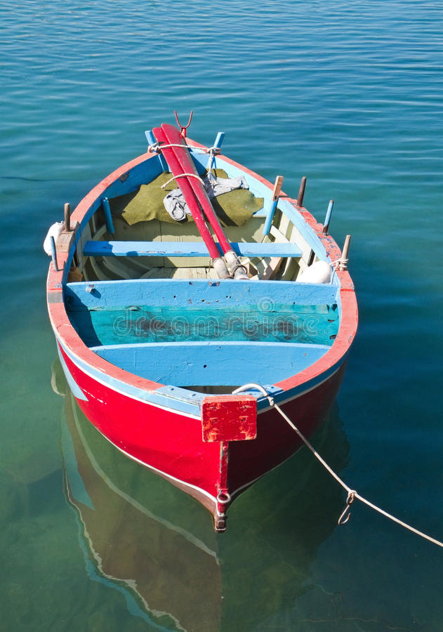 Rowboat colorato in mare libero. fotografia stock