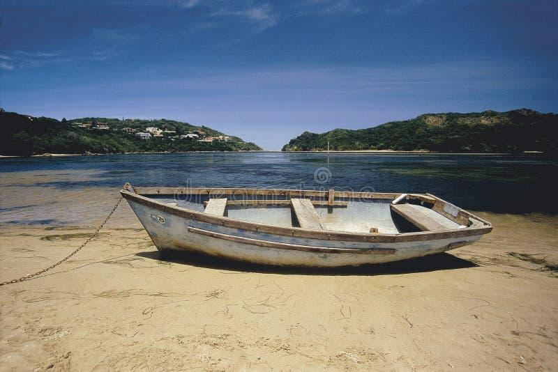 Rowboat della riduzione di attività sulla spiaggia immagine stock