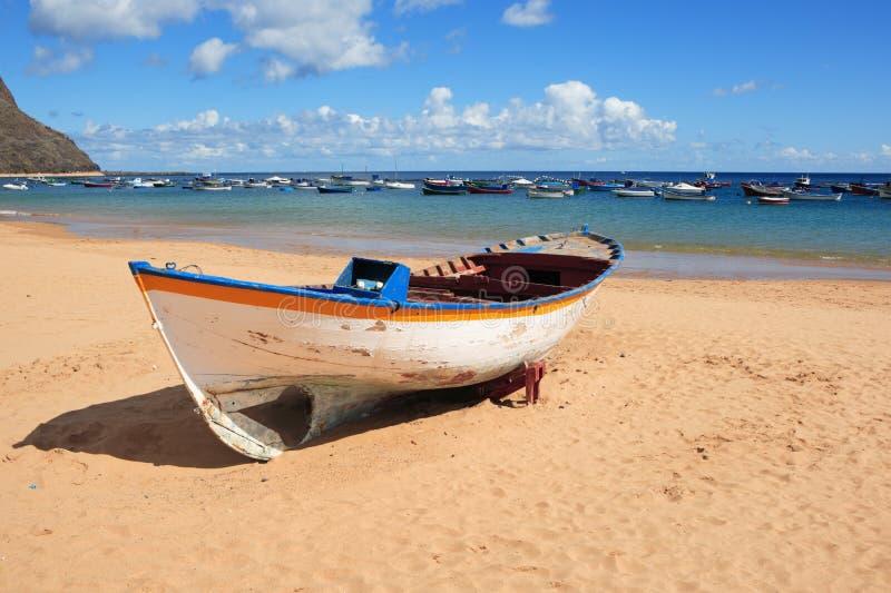 Rowboat di legno sulla spiaggia immagine stock libera da diritti