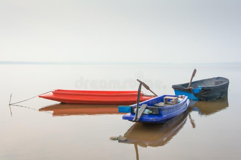 Rowboat dla łowić parking w jeziorze fotografia royalty free