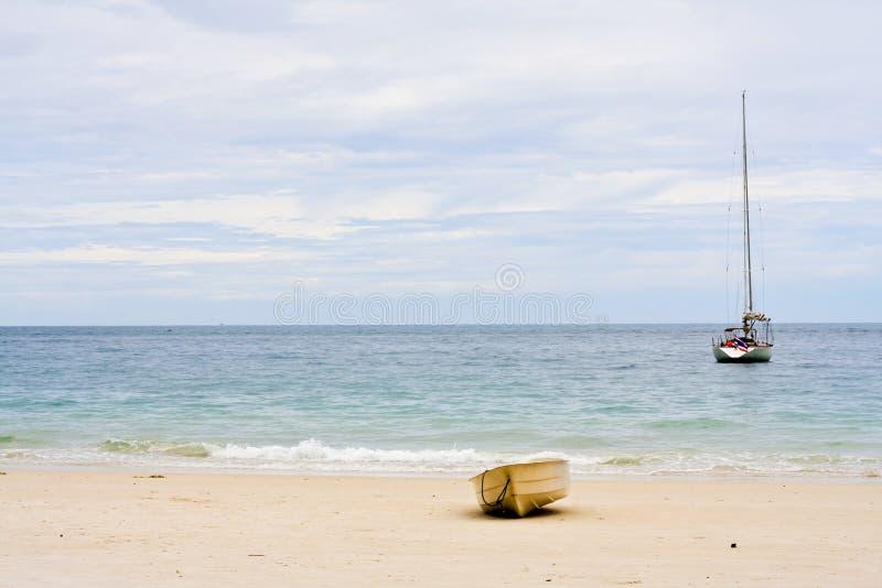 Rowboat e barca a vela. fotografia stock