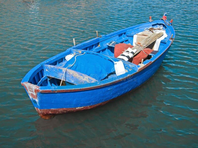 Rowboat in mare blu. fotografia stock