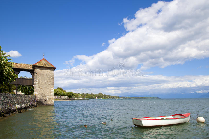 Rowboat nel molo del castello di Rolle fotografia stock libera da diritti