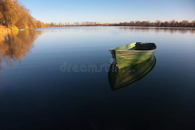 Rowboat sul lago fotografie stock