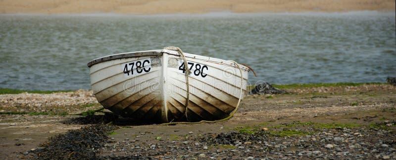 Rowboat sul puntello di mare fotografia stock libera da diritti