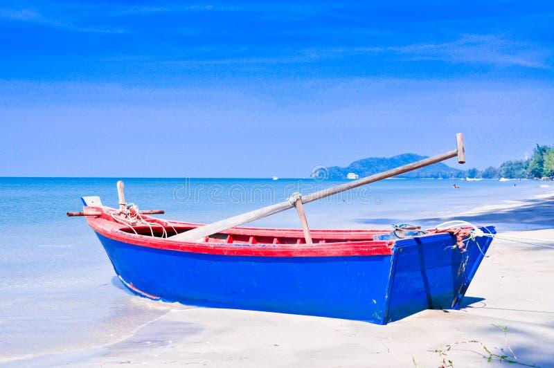 Rowboat sulla spiaggia. fotografia stock libera da diritti