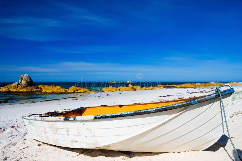 Rowboat sulla spiaggia immagini stock