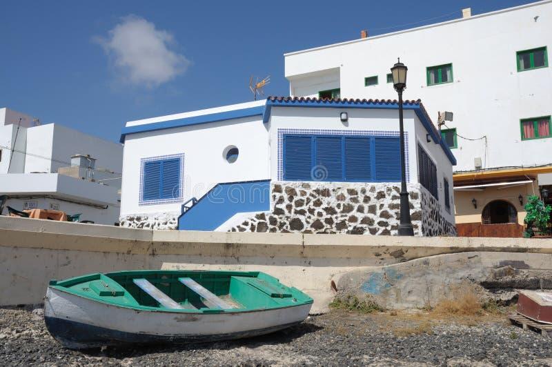 Rowboat sulla spiaggia Fuerteventura, Spagna fotografia stock libera da diritti