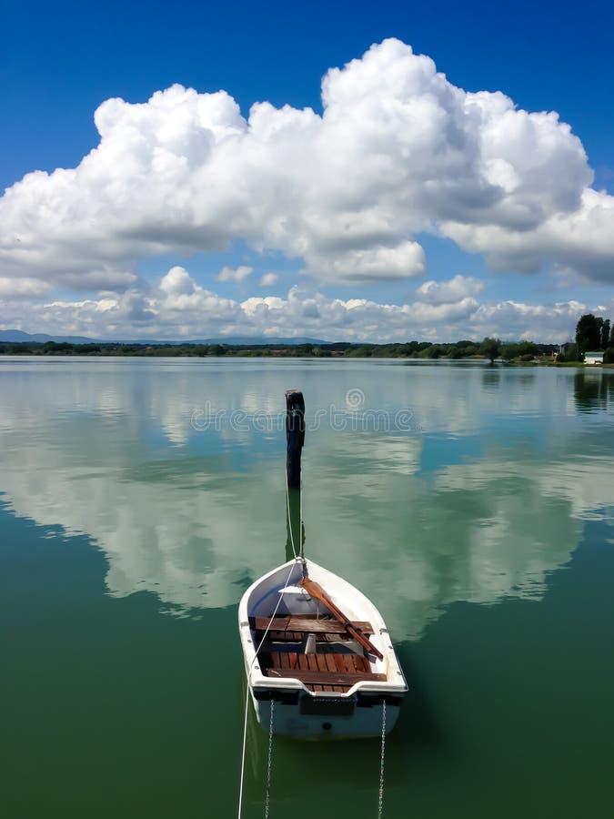 Rowboat w jeziorze zdjęcia stock