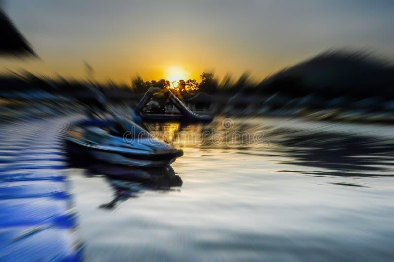 Rowboat wiele kolory unosi się w jeziorze Jeziorny kurortu styl Mald zdjęcie royalty free