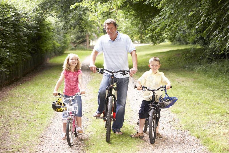 rowerów dzieci wsi ojca jazda obraz stock