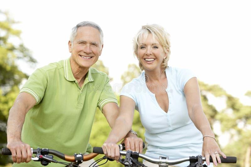 rowerów pary dojrzała jazda fotografia stock
