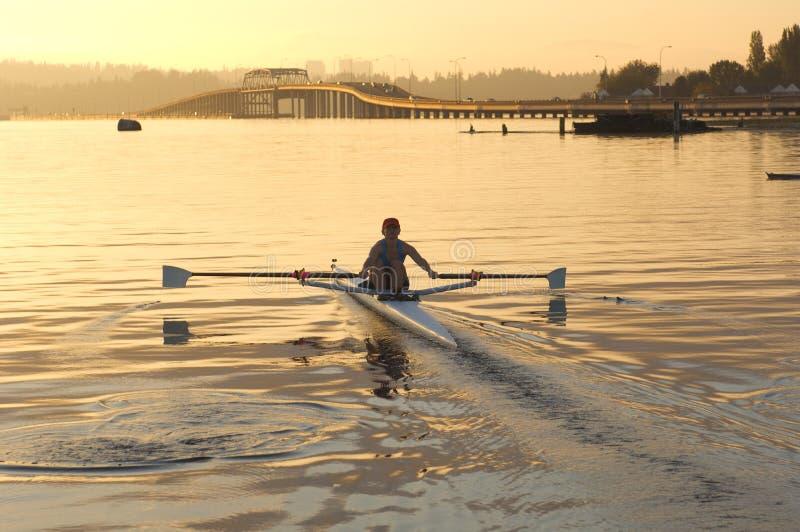 Rower e ponticello di mattina immagini stock