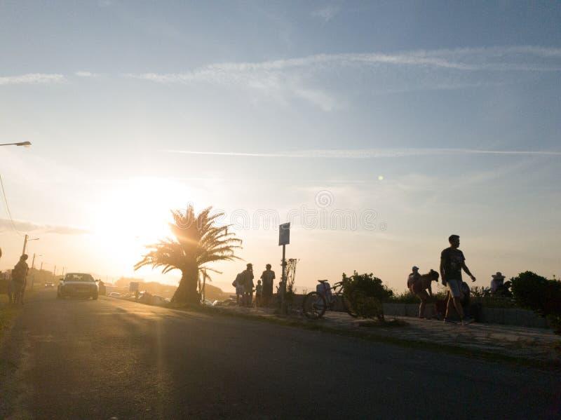 Rower i ludzie na zachodzie słońca na plaży obrazy stock