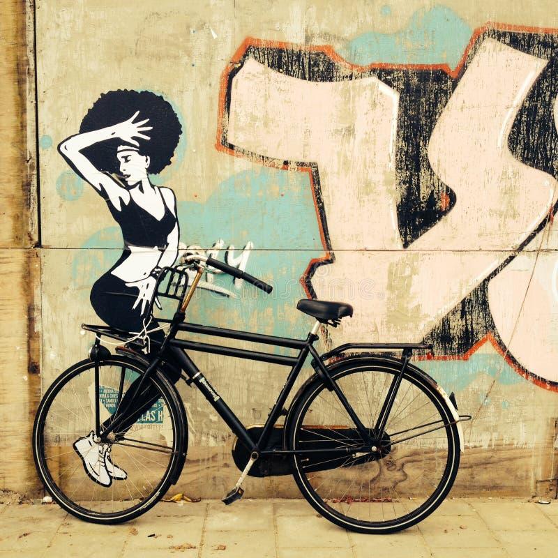 Rower parkujący przed malowidłem ściennym w Amsterdam I robić ten miasteczku czuć duży dużego obrazy stock