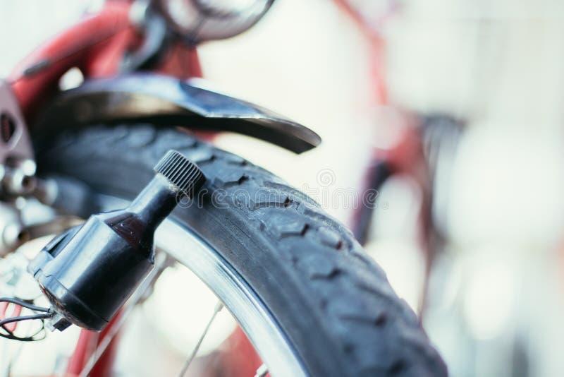 Rower w mieście: Zamyka w górę obrazka dynamo obraz royalty free