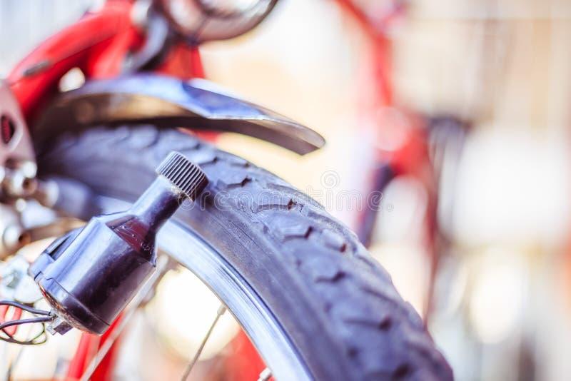 Rower w mieście: Zamyka w górę obrazka dynamo zdjęcie stock