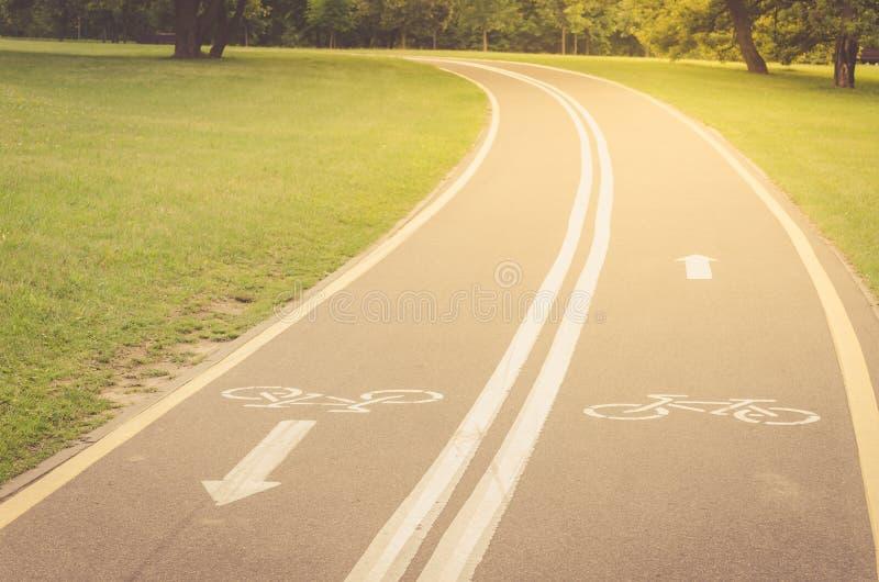 rowerowa ścieżka wzdłuż parkowej, rowerowej ścieżki wzdłuż parka w wschód słońca/ obraz stock