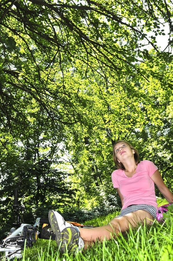 rowerowa dziewczyna jej target1052_0_ parka nastoletni obrazy royalty free