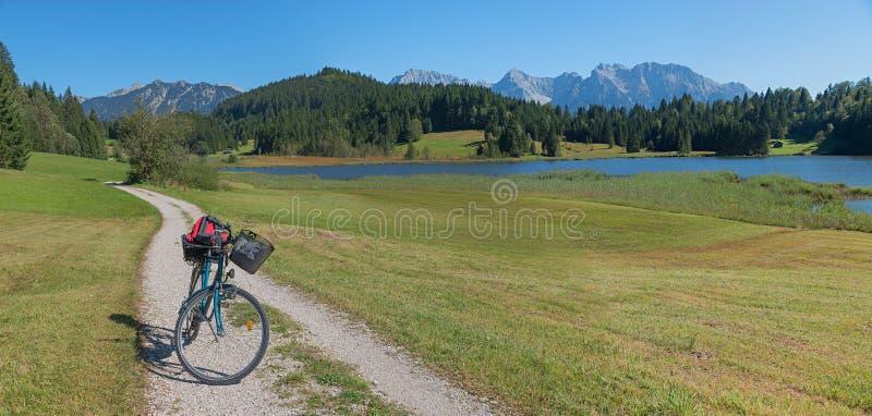 Rowerowa trasa wokoło geroldsee w bavarian krajobrazie zdjęcia stock