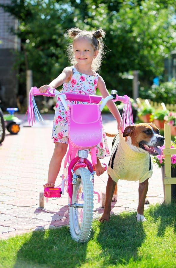 rowerowej ślicznej psa cztery dziewczyny stary rok zdjęcia royalty free