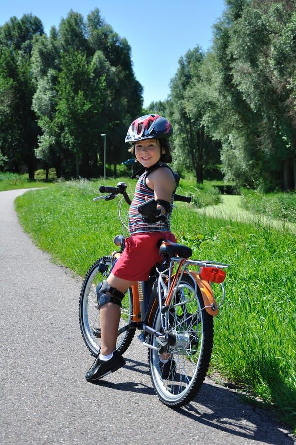rowerowi chłopiec przejażdżki potomstwa zdjęcia stock