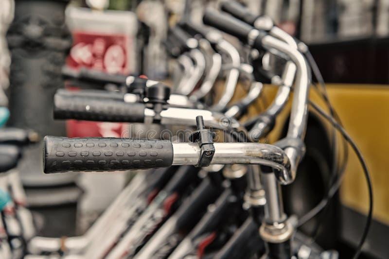 Rowerowi handlebars lub kruszcowe kierownicy w rzędzie w Berlin fotografia royalty free