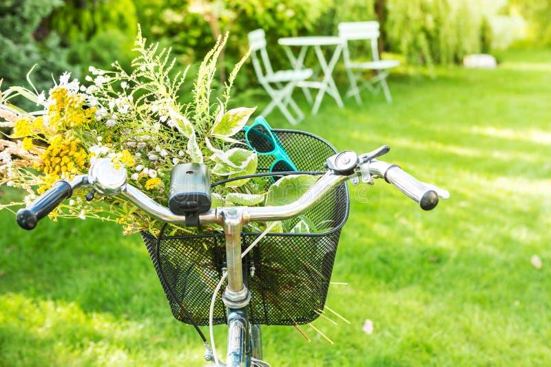 Rowerowy kosz wypełniający z romantyczną kwiat wiązką zdjęcie royalty free