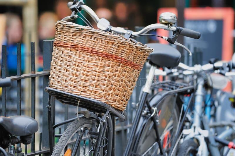 rowerowy kosza wicker obrazy royalty free