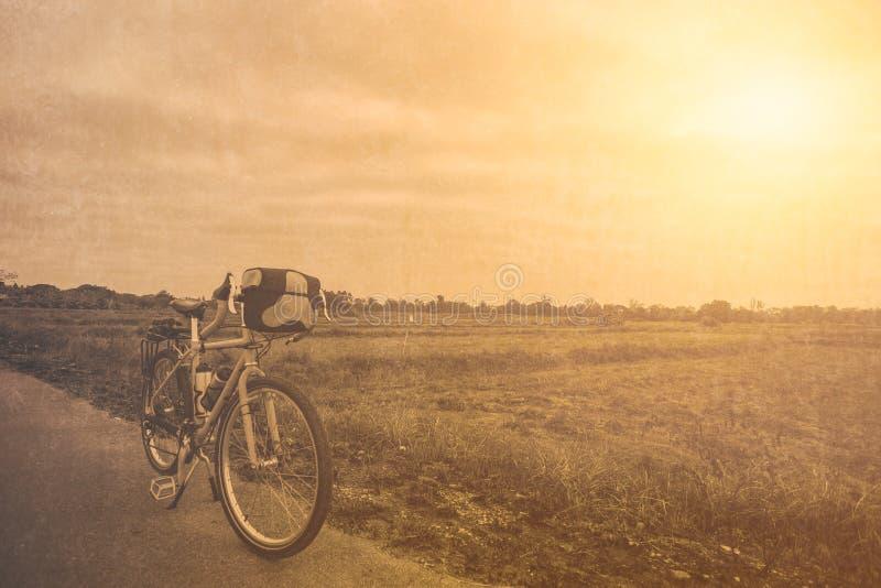 Rowerowy krajoznawstwo podróży roweru park przy lato gorącym dniem obraz stock