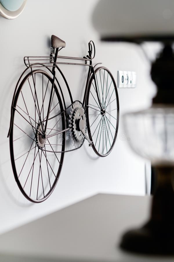 Rowerowy obwieszenie na biel ściany pokoju wnętrzu obrazy stock