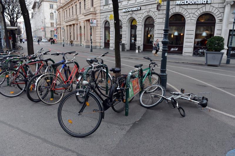 Rowerowy parking na ulicach Wiedeń fotografia stock