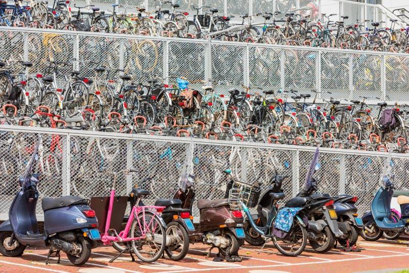 Rowerowy parking w Alkmaar holandiach zdjęcie stock