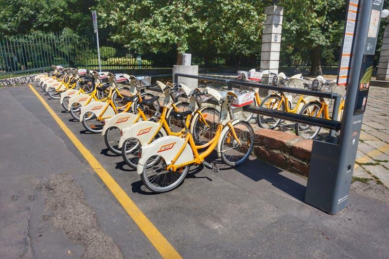 Rowerowy parking w centrum Mediolan zdjęcia royalty free