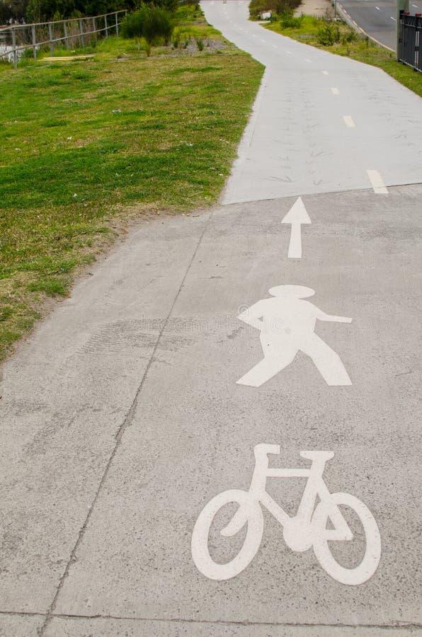 Rowerowy pas ruchu i Zwyczajny spaceru pas ruchu z ocechowaniem podpisujemy na pasie ruchu obrazy stock