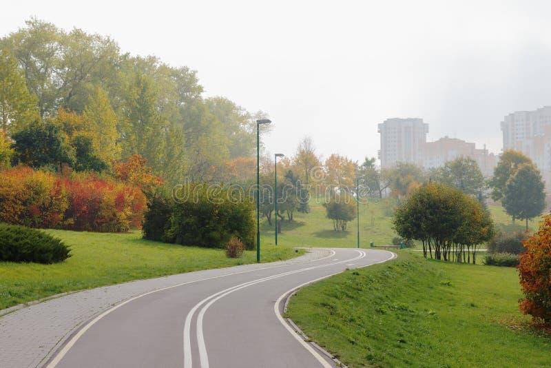 Rowerowy pas ruchu w miasto parku. obrazy stock