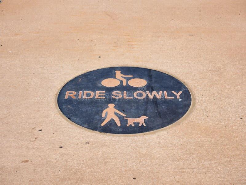 Rowerowy przejażdżki Wolno znak ostrzegawczy na bruku obraz royalty free